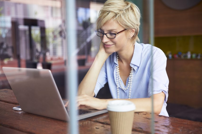 Femme qui fait son profil pour un site de rencontre.