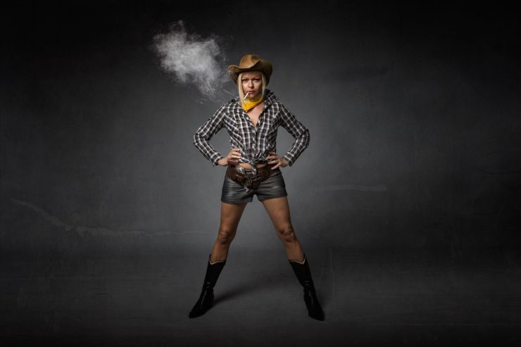 Femme mure sexy habillée en cowboy