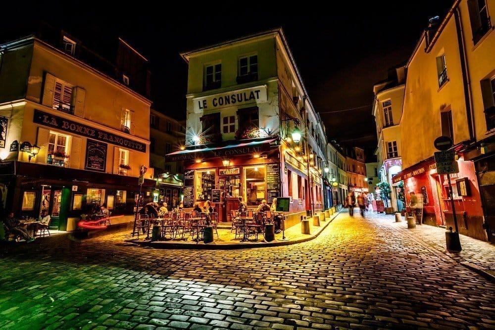 Montmartre de nuit est certainement l'un des lieux les plus romantiques de Paris.
